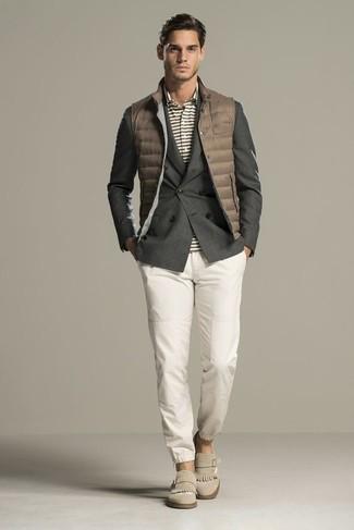 Wie kombinieren: braune gesteppte ärmellose Jacke, dunkelgraues Zweireiher-Sakko, graues horizontal gestreiftes Polohemd, weiße Chinohose