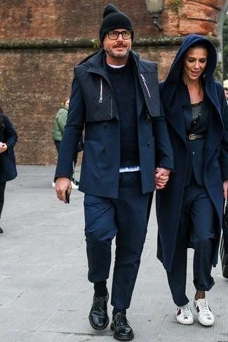 Dunkelblaue Socken kombinieren: trends 2020: Halten Sie Ihr Outfit locker mit einer schwarzen ärmelloser Jacke und dunkelblauen Socken. Fühlen Sie sich mutig? Entscheiden Sie sich für schwarzen Leder Derby Schuhe.