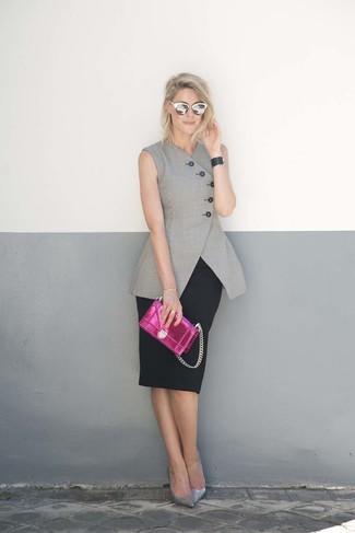 Schwarzes Lederarmband kombinieren – 60 Damen Outfits: Ein grauer ärmelloser Blazer und ein schwarzes Lederarmband sind absolut Freizeit-Must-Haves und können mit einer Vielzahl von Kleidungsstücken kombiniert werden, um ein legeres Outfit zu kreieren. Silberne Leder Pumps fügen sich nahtlos in einer Vielzahl von Outfits ein.