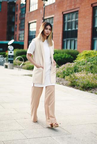 Beige Sakko kombinieren – 136 Damen Outfits: Ein beige Sakko und eine hellbeige weite Hose sind super geeignet, um einen frischen, lässigen Look zu zaubern. Vervollständigen Sie Ihr Look mit beige Leder Sandaletten.
