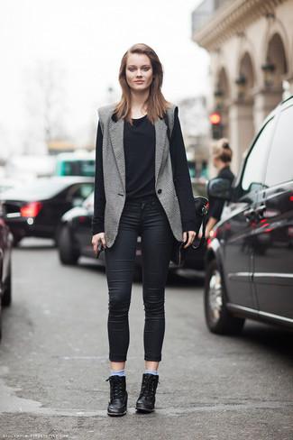 Paaren Sie einen grauen ärmellosen blazer mit hellblauen socken für ein großartiges Wochenend-Outfit. Dieses Outfit passt hervorragend zusammen mit schwarzen leder keil turnschuhen.