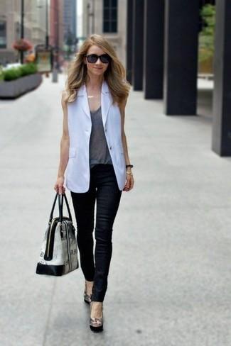 Wie kombinieren: weißer ärmelloser Blazer, graues Trägershirt, schwarze Leder enge Jeans, schwarze Leder Pumps