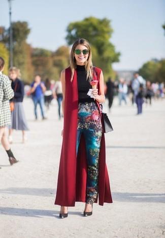 Dunkelroten ärmellosen Mantel kombinieren: trends 2020: Möchten Sie einen entspannten Look schaffen, ist die Paarung aus einem dunkelroten ärmellosem Mantel und einer blauen bedruckten enger Hose Ihre Wahl. Komplettieren Sie Ihr Outfit mit schwarzen Leder Pumps.