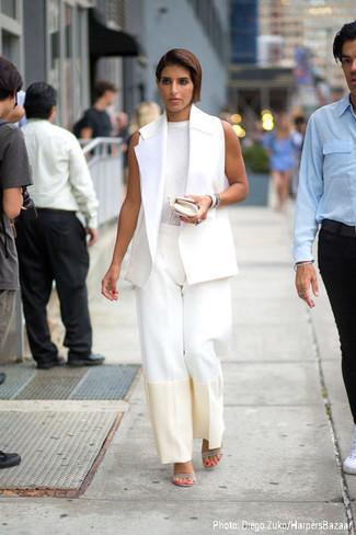 weißer ärmelloser Mantel, weißes ärmelloses Oberteil, weiße weite Hose, graue Leder Sandaletten für Damen