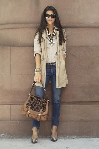 Wie kombinieren: hellbeige ärmelloser Mantel, hellbeige Businesshemd, dunkelblaue enge Jeans, goldene verzierte Pumps