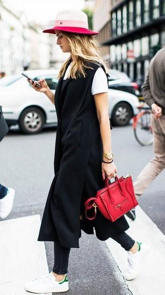 Weiße Leder niedrige Sneakers kombinieren – 412 Damen Outfits: Die Paarung aus einem schwarzen ärmellosem Mantel und schwarzen engen Jeans ist perfekt für die Freizeit geeignet. Wenn Sie nicht durch und durch formal auftreten möchten, wählen Sie weißen Leder niedrige Sneakers.
