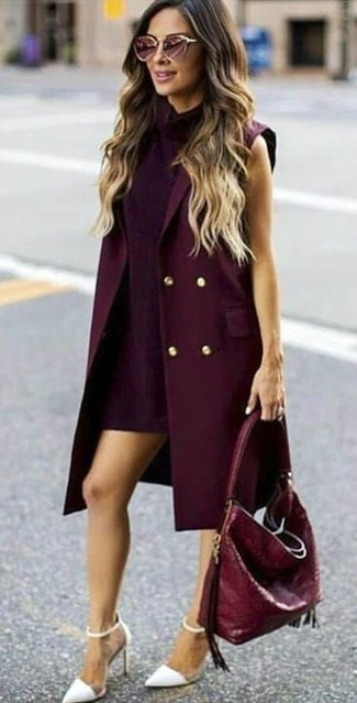 Dunkelroten ärmellosen Mantel kombinieren: trends 2020: Wahlen Sie einen dunkelroten ärmellosen Mantel und ein dunkellila gerade geschnittenes Kleid, um einen verfeinerten, aber nicht zu formalen Look zu erzielen. Weiße Leder Pumps sind eine großartige Wahl, um dieses Outfit zu vervollständigen.