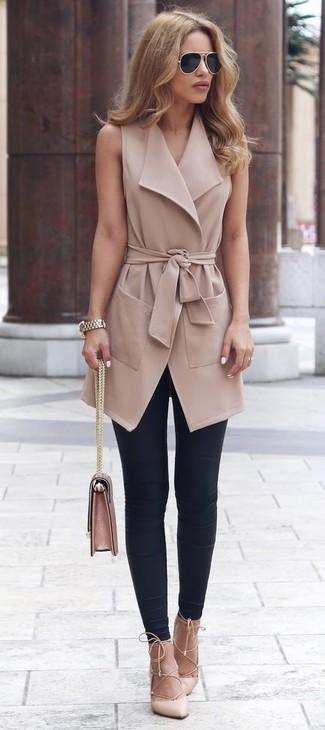 Wie kombinieren: beige ärmelloser Mantel, schwarze Leggings, hellbeige Leder Pumps, rosa Satchel-Tasche aus Leder