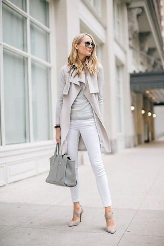 Wie kombinieren: hellbeige ärmelloser Mantel, grauer Pullover mit einem Rundhalsausschnitt, weiße enge Jeans, graue Wildleder Pumps