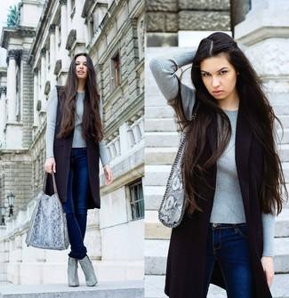 Wie kombinieren: schwarzer ärmelloser Mantel, grauer Pullover mit einem Rundhalsausschnitt, dunkelblaue enge Jeans, graue Leder Stiefeletten mit Schlangenmuster