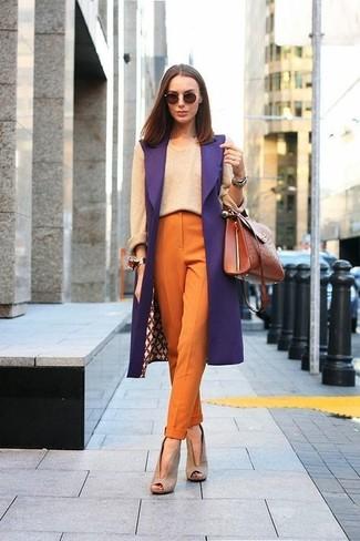 Wie kombinieren: lila ärmelloser Mantel, hellbeige Pullover mit einem Rundhalsausschnitt, orange Karottenhose, hellbeige Wildleder Stiefeletten mit Ausschnitten