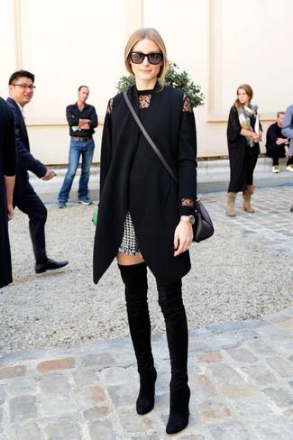 Wie kombinieren: schwarzer ärmelloser Mantel, schwarzer Spitze Pullover mit einem Rundhalsausschnitt, schwarze und weiße Tweed Shorts, schwarze Overknee Stiefel aus Samt
