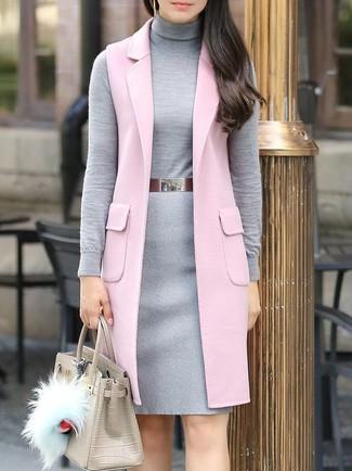 Dunkelgrauen Wollbleistiftrock kombinieren: trends 2020: Für dieses anspruchsvolles Casual-Outfit eignen sich ein rosa ärmelloser Mantel und ein dunkelgrauer Wollbleistiftrock ganz wunderbar.