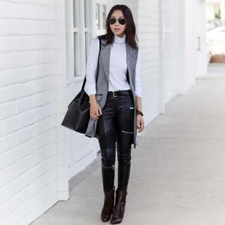 Wie kombinieren: grauer ärmelloser Mantel, weißer Rollkragenpullover, schwarze Leder enge Jeans, dunkelbraune Leder Stiefeletten