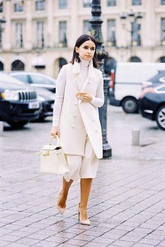 Damen Outfits & Modetrends: Sie möchten Ihren Alltags-Stil perfektionieren? Kombinieren Sie einen weißen ärmellosen Mantel mit einem weißen Hosenrock. Dieses Outfit passt hervorragend zusammen mit hellbeige Wildleder Pumps.