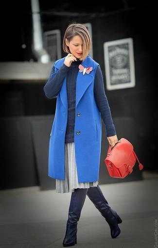Wie kombinieren: blauer ärmelloser Mantel, dunkelgrauer Rollkragenpullover, grauer Falten Midirock, schwarze Overknee Stiefel aus Leder