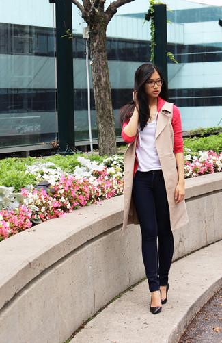 Wie kombinieren: hellbeige ärmelloser Mantel, rote Strickjacke, weißes T-Shirt mit einem V-Ausschnitt, dunkelblaue enge Jeans