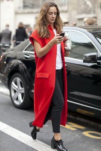 Dunkelroten ärmellosen Mantel kombinieren: trends 2020: Wenn Sie einen lockeren Look kreieren möchten, macht diese Paarung aus einem dunkelroten ärmellosem Mantel und dunkelgrauen engen Jeans Sinn. Vervollständigen Sie Ihr Look mit schwarzen Schnürstiefeletten aus Leder.