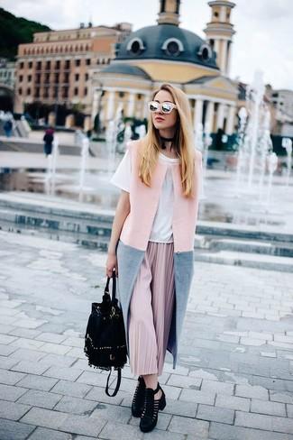 Schwarze Wildleder Stiefeletten mit Ausschnitten kombinieren – 64 Damen Outfits: Probieren Sie diese Paarung aus einem rosa ärmellosem Mantel und einem rosa Midirock mit Falten, um einen ultralässigen, aber dennoch glamurösen Look zu erhalten. Schwarze Wildleder Stiefeletten mit Ausschnitten fügen sich nahtlos in einer Vielzahl von Outfits ein.