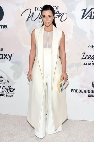 Ein weißer ärmelloser Mantel und eine weiße weite Hose sind eine Kombination, die jedes stylische Mädchen in ihrem Kleiderschrank haben sollte.