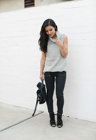 Wie kombinieren: grauer ärmelloser Rollkragenpullover, schwarze enge Jeans, schwarze Wildleder Stiefeletten mit Ausschnitten, schwarze Satchel-Tasche aus Leder