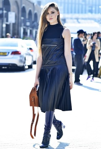 Wie kombinieren: schwarzer ärmelloser Rollkragenpullover, schwarzer Leder Kleiderrock, dunkelblaue kniehohe Stiefel aus Leder, braune Shopper Tasche aus Leder