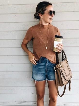 Wie kombinieren: rotbrauner ärmelloser Rollkragenpullover, blaue Jeansshorts, braune Satchel-Tasche aus Leder, dunkelbraune Sonnenbrille