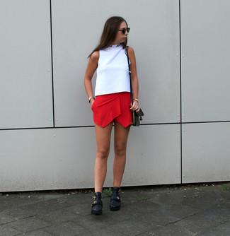 Dunkelrote Shorts kombinieren – 40 Damen Outfits: Probieren Sie die Kombi aus einem weißen ärmellosem Rollkragenpullover und dunkelroten Shorts, umeinen entspannten Look zu erhalten, der in der Garderobe der Frau nicht fehlen darf. Vervollständigen Sie Ihr Look mit schwarzen Leder Stiefeletten.