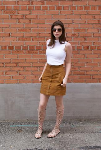 Entscheiden Sie sich für Komfort in einem Weißen Ärmellosem Rollkragenpullover und einem Rotbraunen Rock mit Knöpfen. Putzen Sie Ihr Outfit mit Hellbeige Hohen Römersandalen aus Leder.