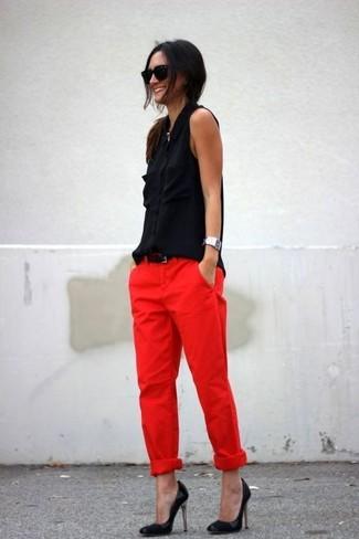 Wie kombinieren: schwarzes Seide ärmelloses Hemd, rote Chinohose, schwarze Leder Pumps, schwarzer Ledergürtel