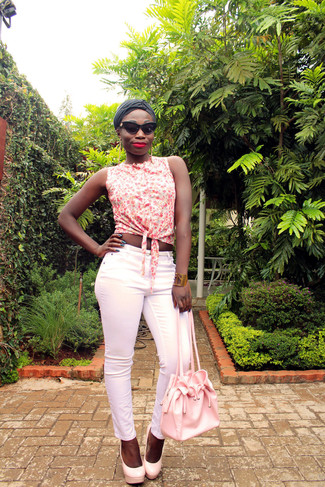 Wie kombinieren: weißes ärmelloses Hemd mit Blumenmuster, rosa enge Hose, rosa Leder Pumps, rosa Leder Beuteltasche