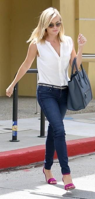 Wie kombinieren: weißes ärmelloses Hemd, dunkelblaue enge Jeans, lila Leder Sandaletten, dunkelblaue Shopper Tasche aus Leder