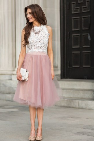 Kombinieren Sie ein weißes ärmelloses oberteil aus spitze mit einem rosa  ausgestelltem rock aus spitze, cc51992999