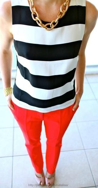 Weißes und schwarzes horizontal gestreiftes ärmelloses Oberteil kombinieren – 12 Damen Outfits: Probieren Sie diese Paarung aus einem weißen und schwarzen horizontal gestreiften ärmellosem Oberteil und einer roten enger Hose, um einen modischen Freizeit-Look zu kreieren. Rosa Leder Sandaletten sind eine ideale Wahl, um dieses Outfit zu vervollständigen.