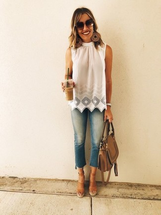 Wie kombinieren: weißes ärmelloses Oberteil mit Lochstickerei, blaue enge Jeans, braune Keilsandaletten aus Leder, braune Satchel-Tasche aus Leder