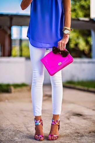 Wie kombinieren: blaues ärmelloses Oberteil aus Chiffon, weiße enge Jeans, fuchsia Leder Sandaletten mit Blumenmuster, fuchsia Leder Clutch