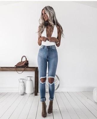 Wie kombinieren: weißes ärmelloses Oberteil, hellblaue enge Jeans mit Destroyed-Effekten, olivgrüne Leder Stiefeletten mit Ausschnitten, braune Wildleder Umhängetasche