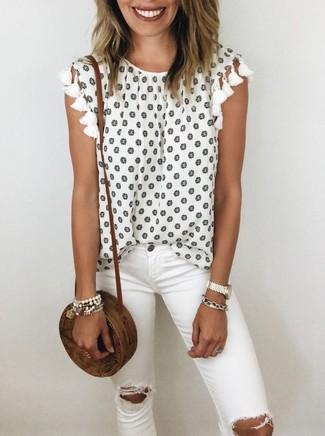 Wie kombinieren: weißes ärmelloses Oberteil mit Blumenmuster, weiße enge Jeans mit Destroyed-Effekten, braune Stroh Umhängetasche, weißes Armband
