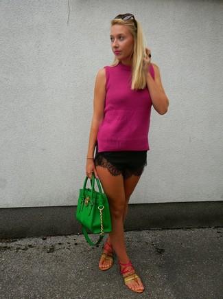 Wie kombinieren: fuchsia ärmelloses Oberteil, schwarze Spitzeshorts, fuchsia Leder Zehentrenner, grüne Shopper Tasche aus Leder