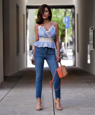 Wie kombinieren: hellblaues ärmelloses Oberteil, blaue enge Jeans, hellbeige Leder Sandaletten, orange Leder Umhängetasche