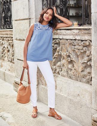 Wie kombinieren: hellblaues besticktes ärmelloses Oberteil, weiße Jeans, beige Leder Zehentrenner, beige Leder Beuteltasche