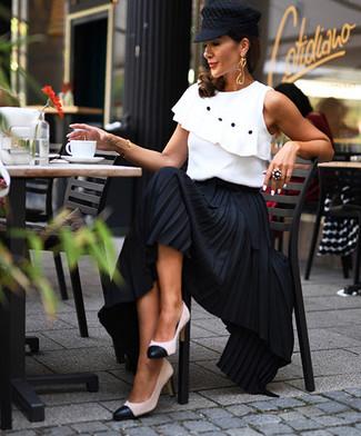 weißes ärmelloses Oberteil mit Rüschen, schwarzer Maxirock mit Falten, weiße und schwarze Leder Pumps, schwarze Schiebermütze für Damen