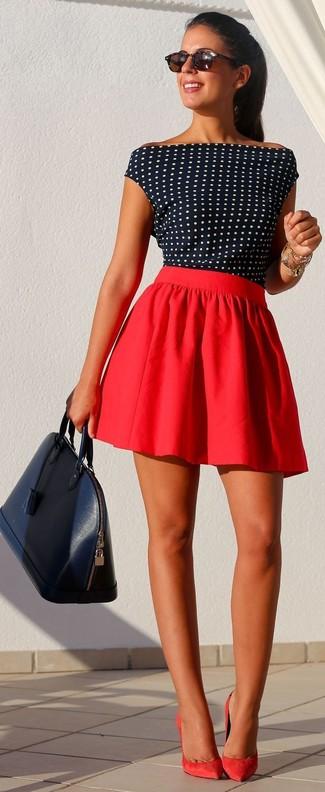 dunkelblaues und weißes gepunktetes ärmelloses Oberteil, roter Skaterrock, rote Wildleder Pumps, dunkelblaue Satchel-Tasche aus Leder für Damen