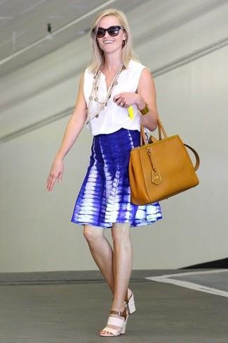 Reese Witherspoon trägt weißes ärmelloses Oberteil, blauer Mit Batikmuster Skaterrock, weiße Leder Sandaletten, rotbraune Shopper Tasche aus Leder