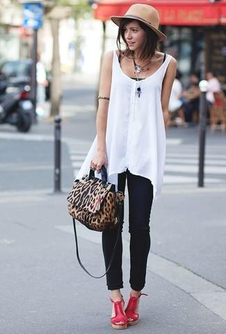 Wie kombinieren: weißes ärmelloses Oberteil aus Chiffon, schwarzes Trägershirt, schwarze enge Jeans, rote Keilsandaletten aus Leder