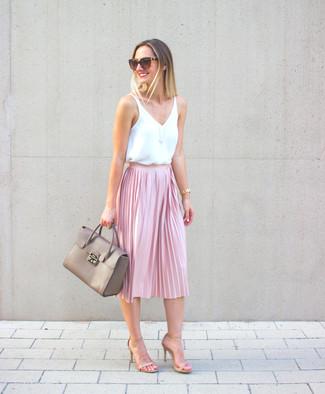 Wie kombinieren: weißes ärmelloses Oberteil aus Seide, rosa Falten Midirock, hellbeige Leder Sandaletten, graue Satchel-Tasche aus Leder