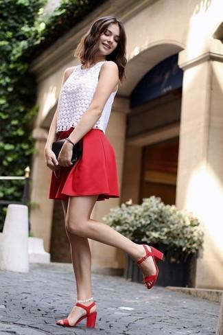 Wie kombinieren: weißes ärmelloses Oberteil aus Spitze, roter Skaterrock, rote Leder Sandaletten, schwarze Leder Clutch