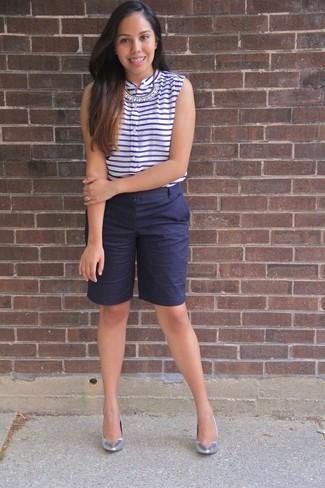 Wie kombinieren: weißes und dunkelblaues horizontal gestreiftes ärmelloses Oberteil, dunkelblaue Bermuda-Shorts, silberne Leder Pumps, transparente Halskette