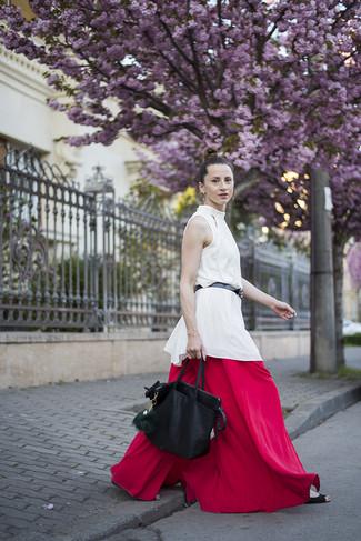 Wie kombinieren: weißes ärmelloses Oberteil aus Seide, rote weite Hose, schwarze Shopper Tasche aus Leder, schwarzer Ledergürtel