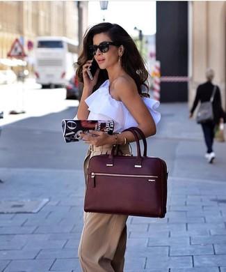 Wie kombinieren: weißes ärmelloses Oberteil mit Rüschen, beige weite Hose, dunkelrote Shopper Tasche aus Leder, schwarze Sonnenbrille